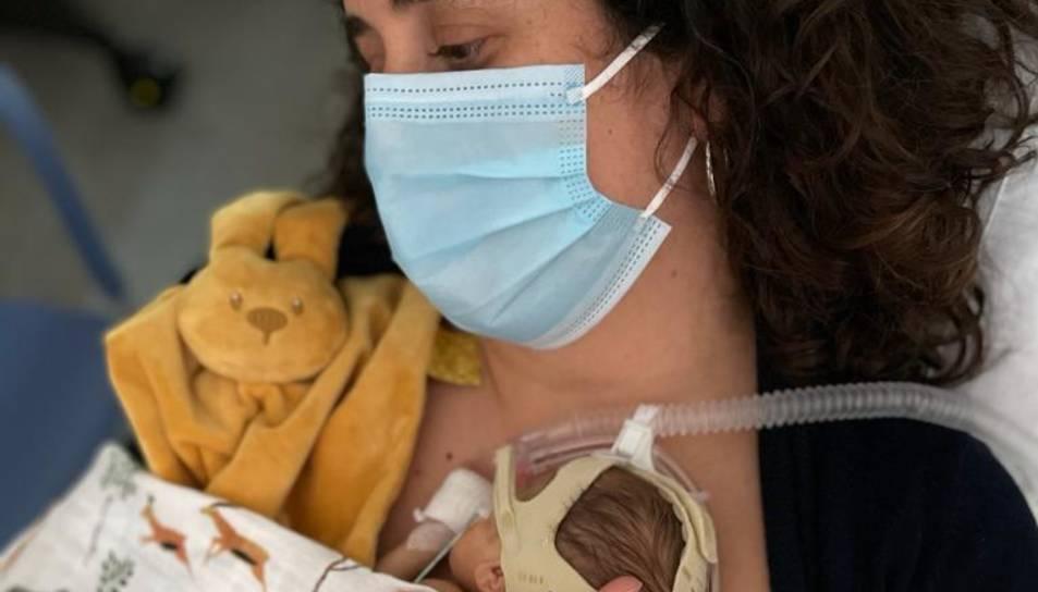 El mètode consisteix a col·locar al bebè prematur en posició vertica al tòrax de la mare o del pare.