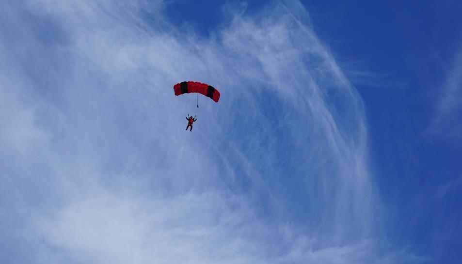 Imatge d'arxiu d'un paracaigudista a l'aire.