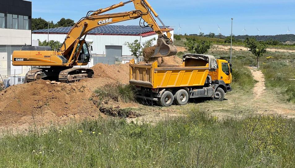 Primer pla dels camions que han començat a fer els moviments de terres.