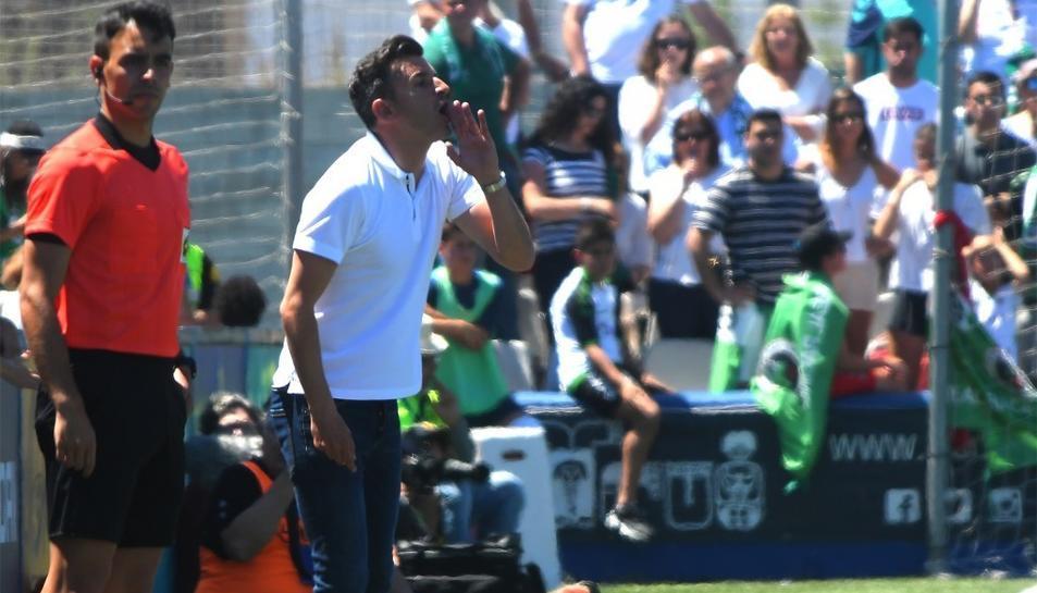 Ivan Ania, a la banqueta del Racing de Santander, l'últim equip en el qual va treballar.