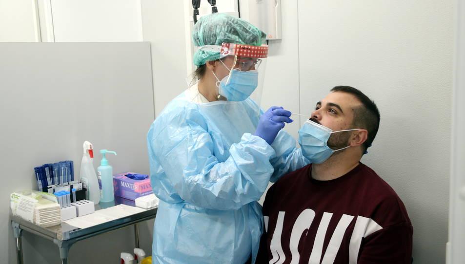 Imatge d'una infermera fent un test d'antigen.