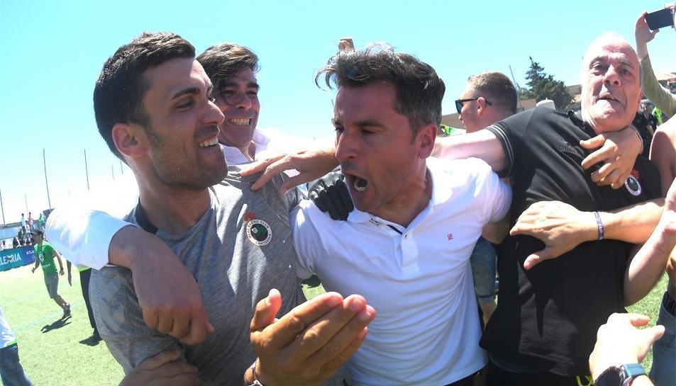 Ivan Ania celebra l'ascens a Segona Divisió A amb el Racing de Santander.