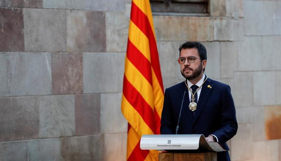 Pere Aragonès amb la medalla que el distingeix com a president.