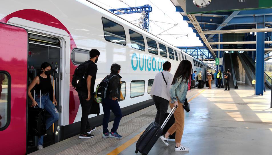 Pla general dels primers passatgers sortint del comboi.