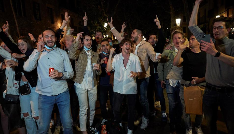 Imatge d'arxiu dels 'botellons' que estan tenint lloc durant els caps de setmana a barcelona després de la fi de l'estat d'alarma.
