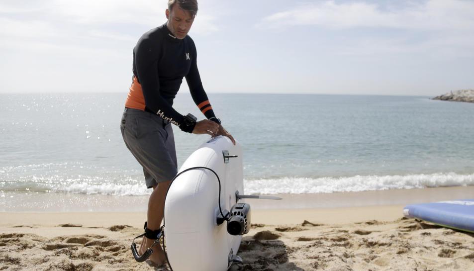 Detall del propulsor elèctric d'eSea instal·lat en una planxa de paddle surf.