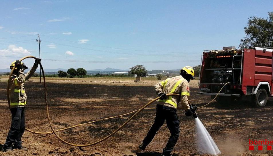 Els Bombers extingeixen dos incendis de vegetació a Vilallonga del Camp i a Riera de Gaià