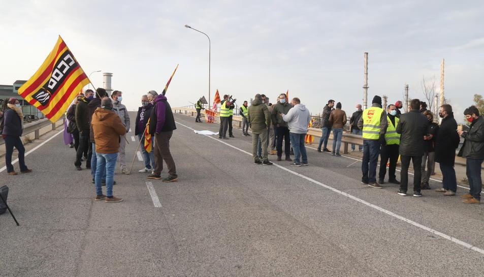 Un grup de treballadors d'IQOXE concentrats a l'entrada de l'empresa durant la jornada de vaga.