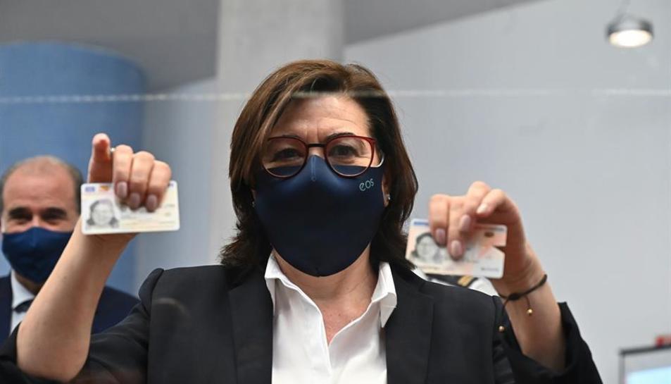 L'actriu Luisa Martín mostrant el nou DNI europèu.