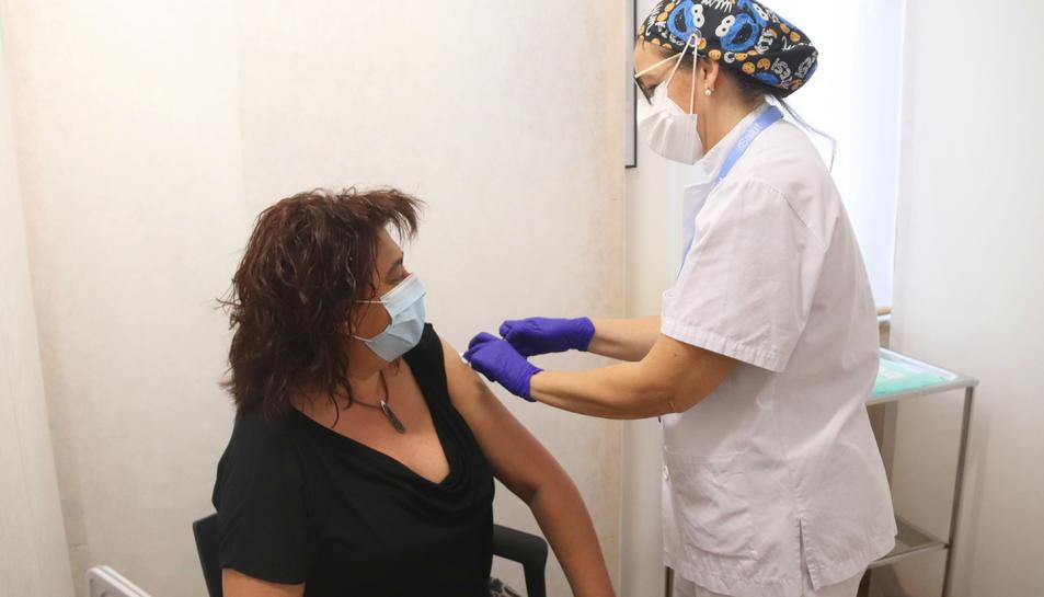 Una dona que rep una vacuna de Pfizer al punt de vacunació de Reus.