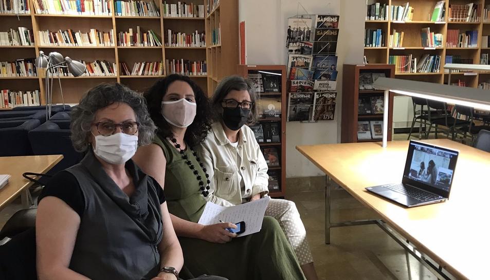 Imatge de les tres professores del Gabriel Ferraters que han aconseguitel premi.