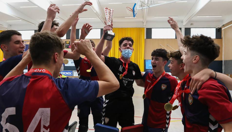 Els jugadors de l'Igualada, amb la copa que els confirmava com a campions de Catalunya, a Vila-seca.