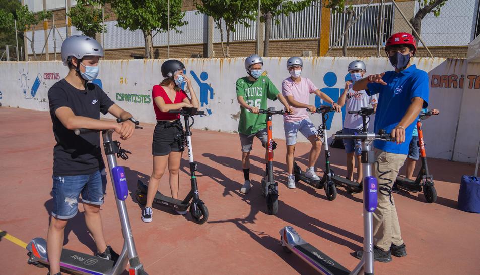 Alumnes de la Salle de Tarragona escoltant les indicacions del monitor.