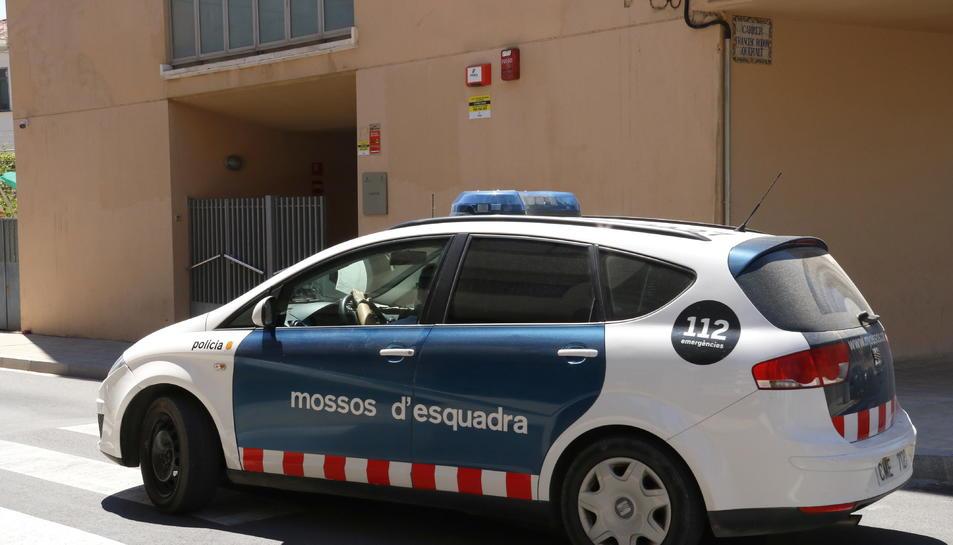El vehicle dels Mossos d'Esquadra que trasllada l'acusat després de sortir del jutjat d'instrucció número 2 de Valls.