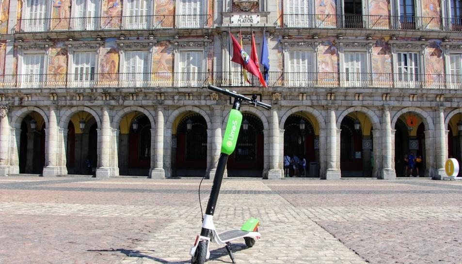 Imatge d'un dels VMP de Lime a la plaza Mayor de Madrid.
