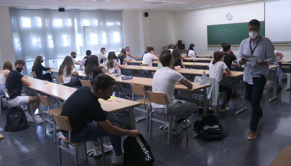 Pla general d'una aula del Campus Terres de l'Ebre de la URV abans de començar els exàmens de selectivitat.