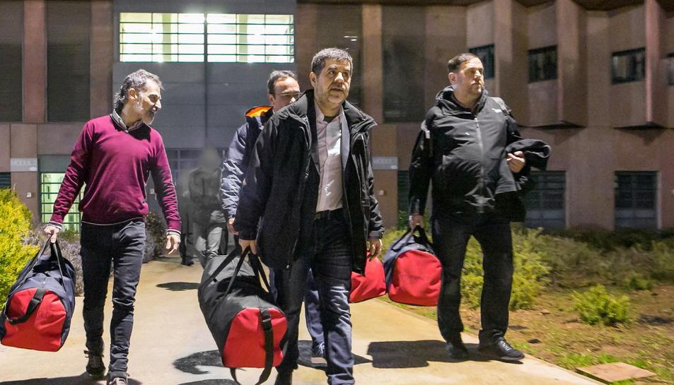 Jordi Cuixart, Josep Rull, Jordi Sànchez i Oriol Junqueras sortint de la presó de Lledoners.