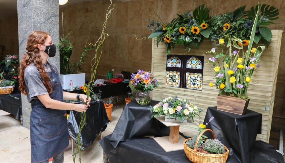 La guanyadora del Campionat de Catalunya, Marina Rosselló, amb la seva composició floral.