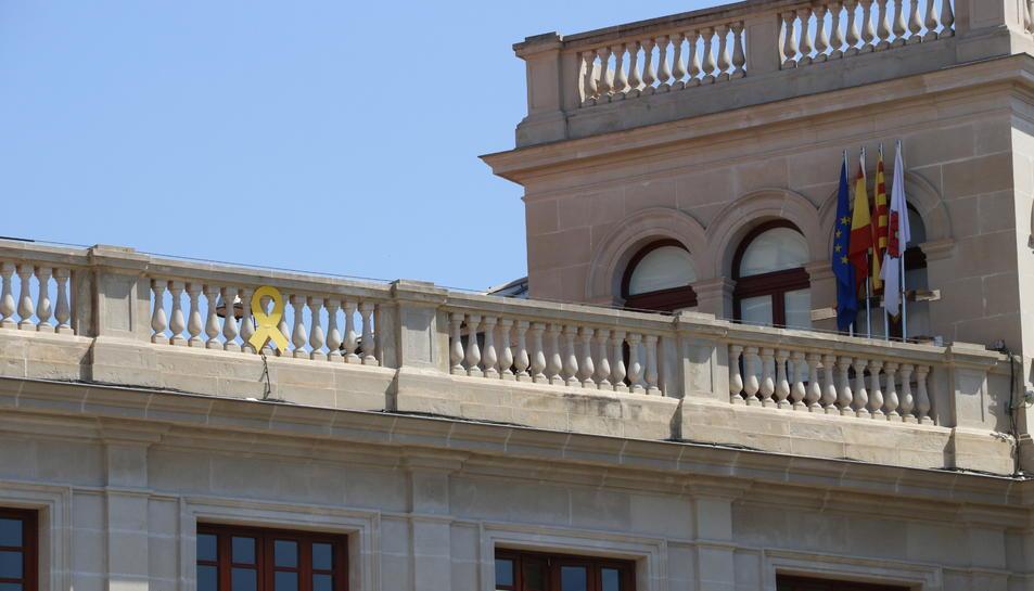 Pla detall del llaç groc penjat a la façana de l'Ajuntament de Reus