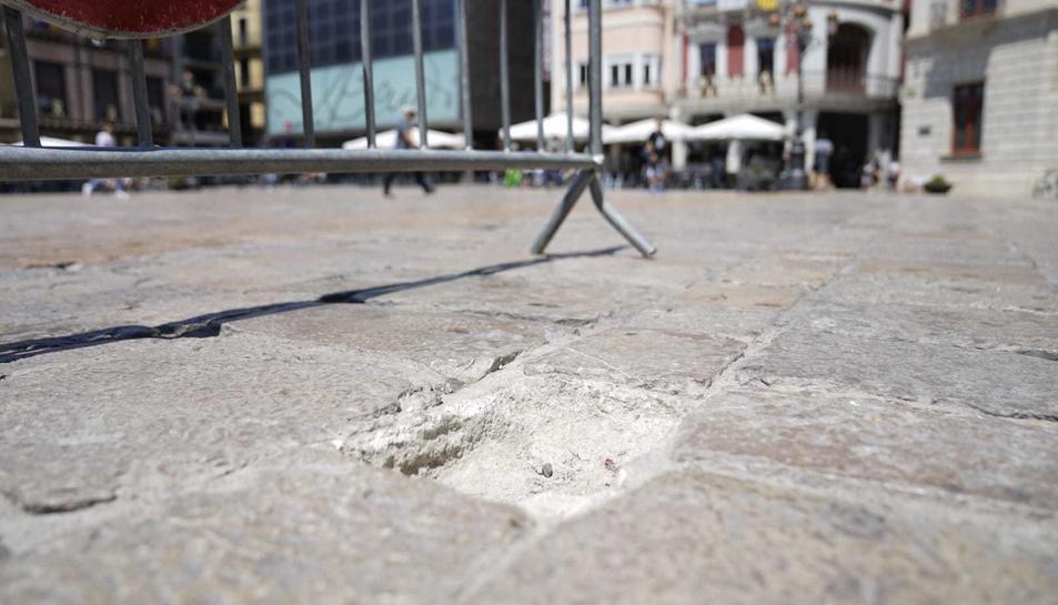 Imatge del forat on hi havia la pedra sostreta.