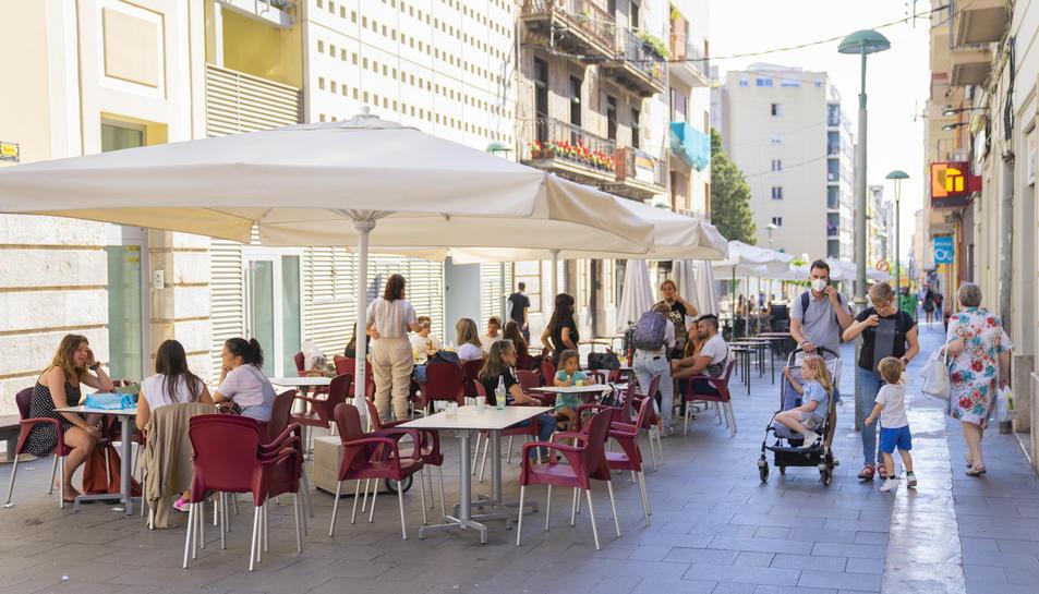 Imatge de les terrasses del carrer Lleida de Tarragona, on han prohibit les actuacions musicals.