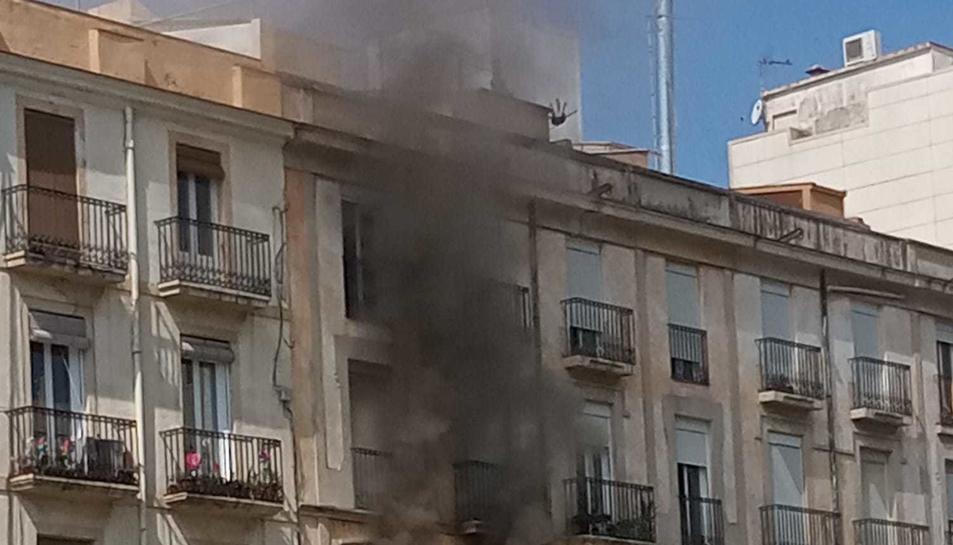 Imatge del fum sortint de la segona planta de l'edifici.