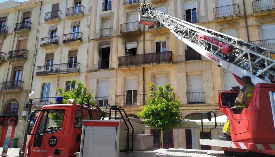 Imatge de la intervenció de Bombers a l'edifici.