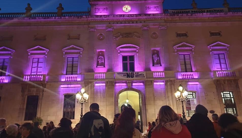Imatge d'arxiu de l'Ajuntament de Tarragona amb llums de color lila en un acte de rebuig a la violència masclista.