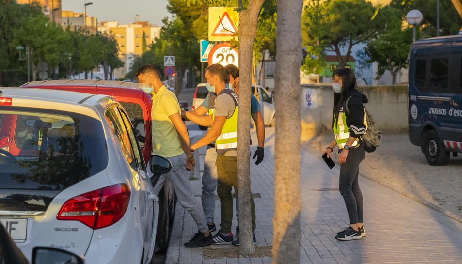Un dels detinguts durant l'operatiu policial reaitzat a Campclar.