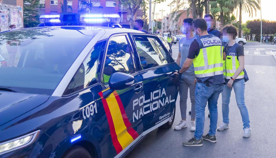 La Policia Nacional emportant-se un dels detinguts.
