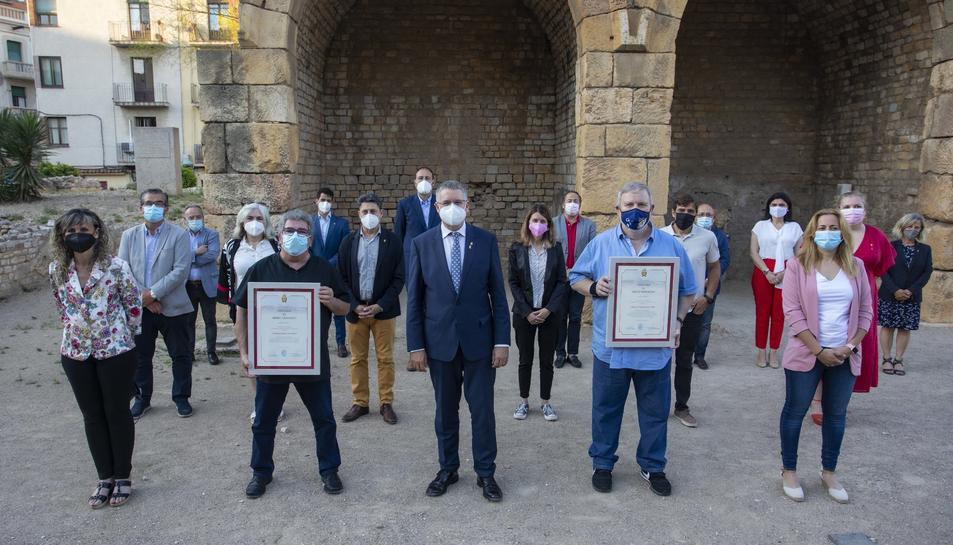 Els guardonats amb els representants de la corporacio municipal.