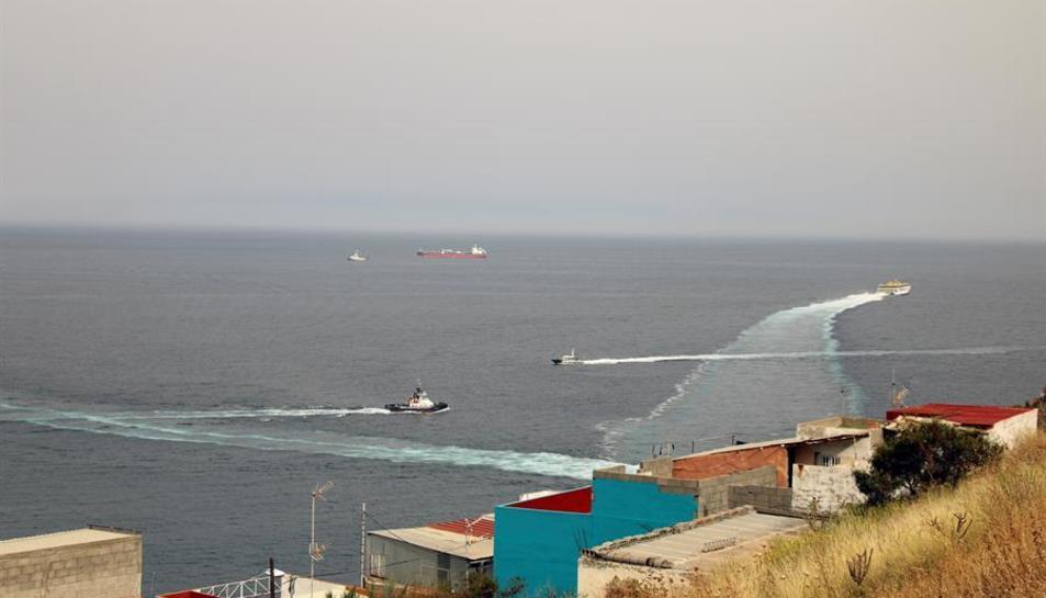 Llanxes de la Guàrdia Civil s'apropen al vaixell Ángeles Alvariño, que aquest dijous ha trobat el cos d'una nena al mar.