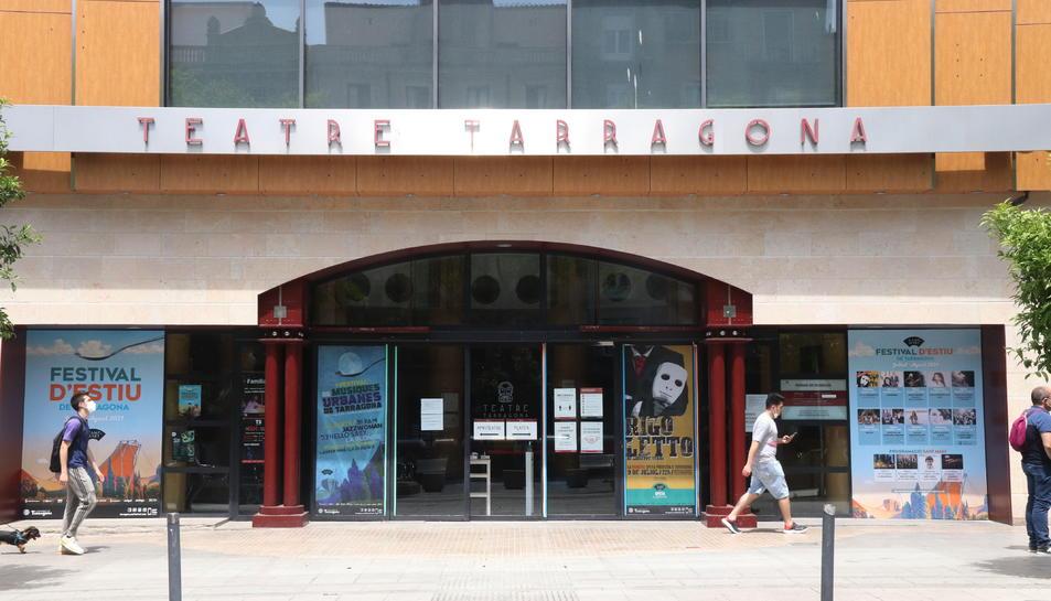 Imatge de l'exterior del Teatre Tarragona i l'accés al vestíbul.