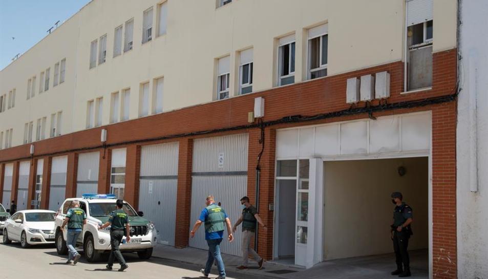 Agents de la Guàrdia Civil sortint del domicili de l'autor confés del crim.