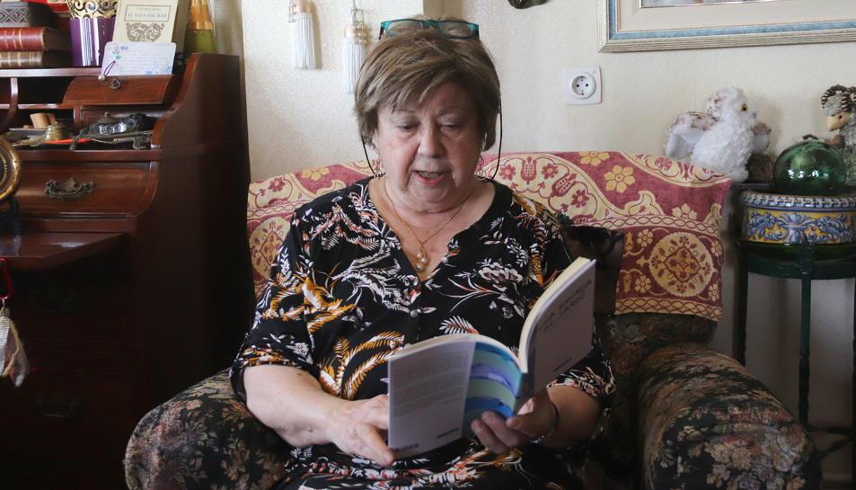 Pla obert de l'escriptora Olga Xirinacs llegint la darrera obra publicada 'Una bomba en un jardí'.