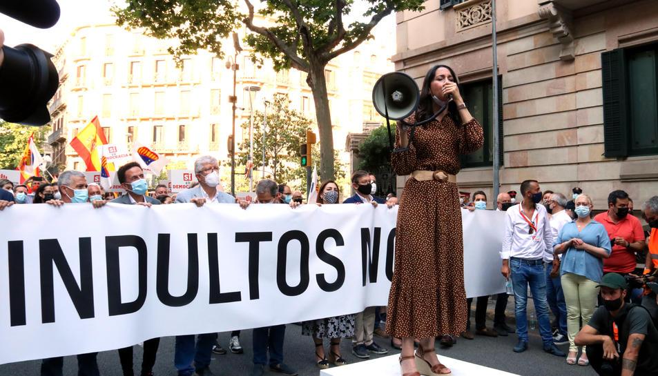 La presidenta de Cs, Inés Arrimadas, intervenint durant la concentració contra els indults a Barcelona.
