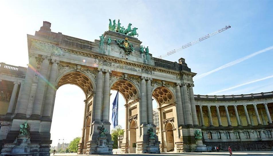 Brussel·les ha engalanat diversos monuments per la cimera de l'OTAN.