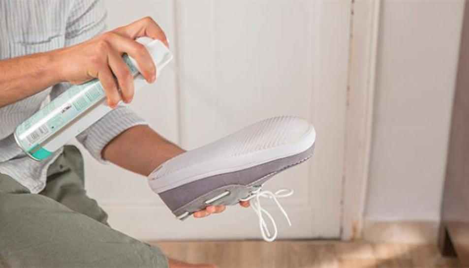 Imatge d'arxiu d'una persona desinfectant una sabata.