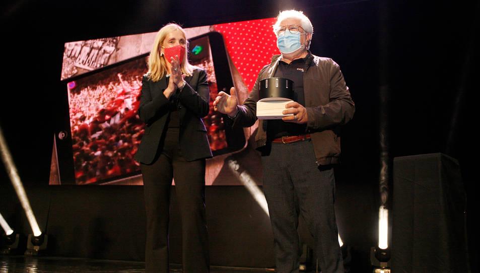 L'alcaldessa de Valls, Dolors Farré, i de Juan Romero, casteller de la Colla Vella dels Xiquets de Valls, guanyador del premi a la Trajectòria de la 15a edició de la Nit de Castells.