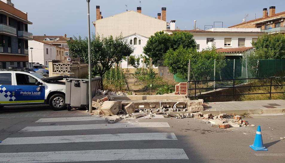 El cotxe patrulla de la Roca del Vallès després de xocar contra el mur de la casa dels pares de Salvador Illa