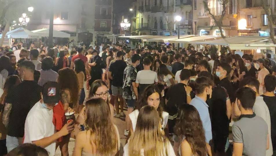 La plaça de la Font durant la festa de la nit d'aquest dissabte.