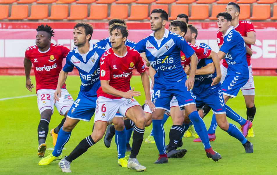 Javier Ribelles intenta rematar un córner en el Nàstic-Badalona.