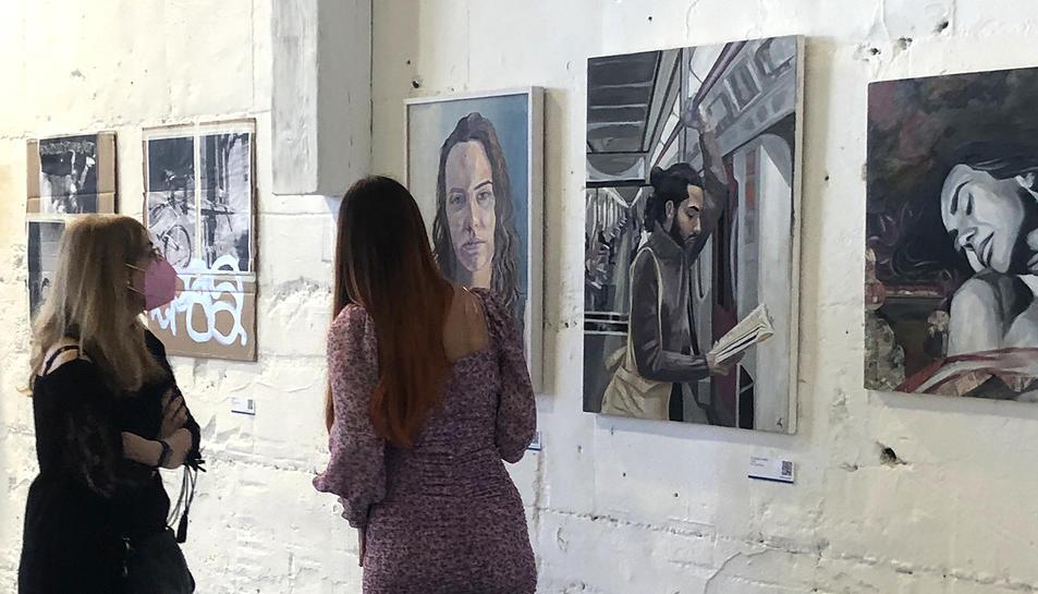 Visitants a l'exposició la tarda de dissabte, dia de la inauguració.