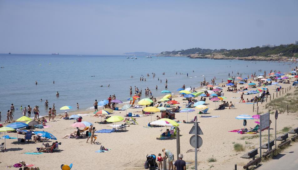 Molta gent va banyar-se a la platja Llarga, tot i que per a alguns l'aigua encara està massa freda.