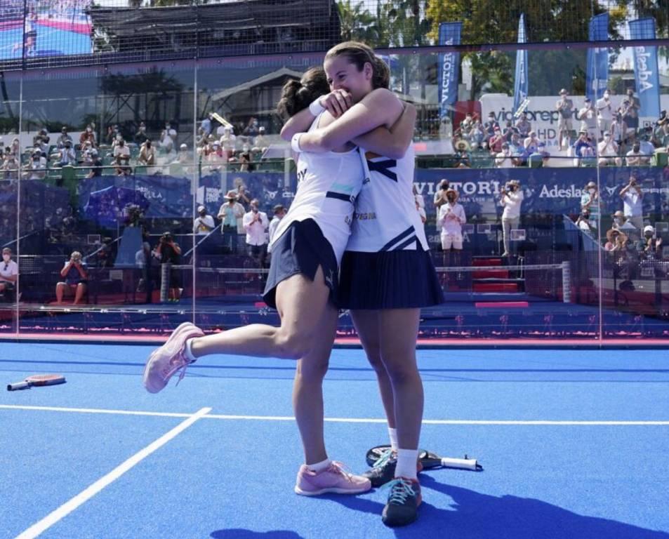 Ari Sánchez, abraçant-se amb Paula Josemaría.