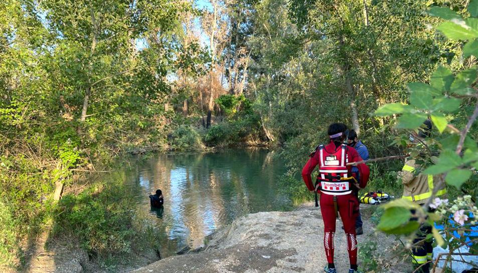 Submarinistes del cos dels Bombers rastrejant el paratge on ha desaparegut el noi que s'ha ofegat mentre es banyava al riu a Lleida