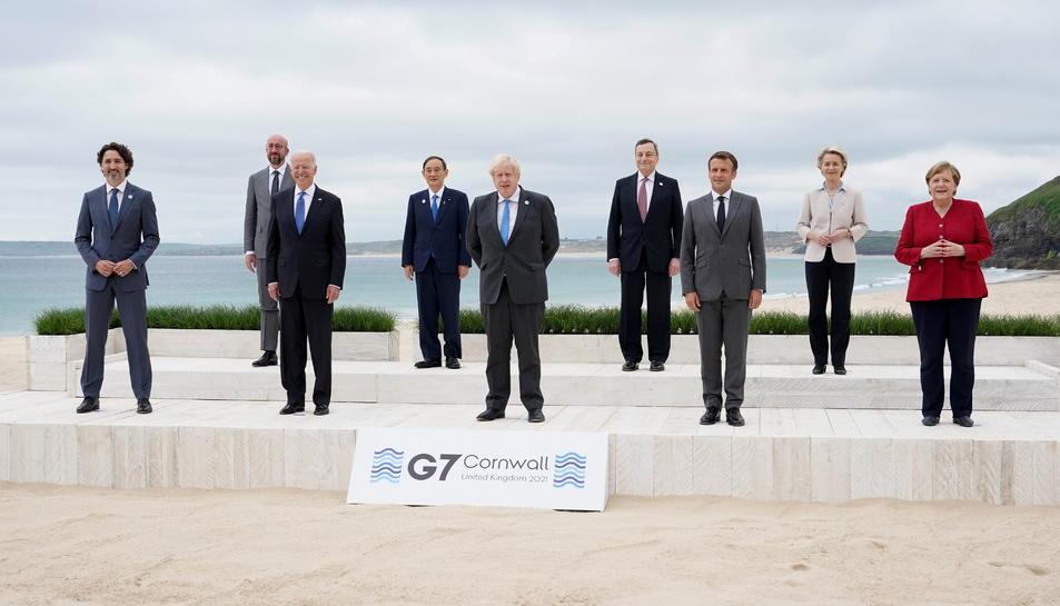 Els líders del G7 Justin Trudeau, Joe Biden, Yoshihide Suga, Boris Johnson, Mario Draghi, Emmanuel Macron i Angela Merkel amb Ursula von der Leyen i Charles Michel, a Carbis Bay, Regne Unit.