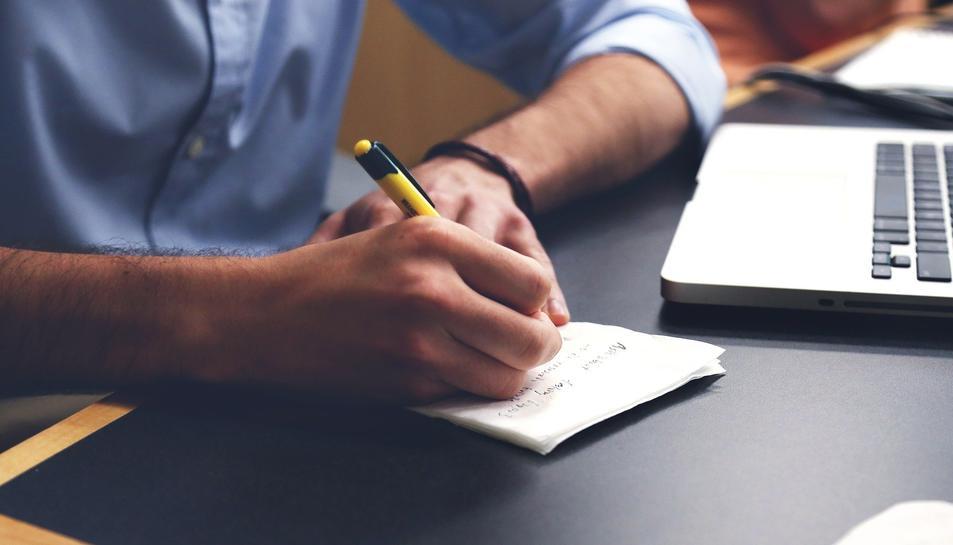 Imatge d'arxiu d'una persona escrivint.