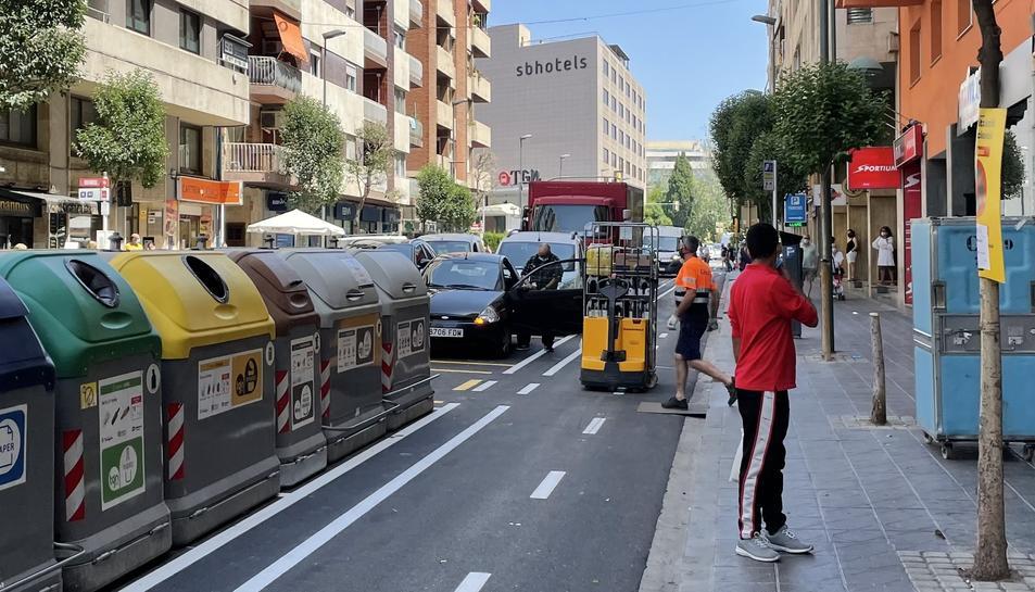 Els repartidors tenen dificultats per aparcar i han d'ocupar el carril bici per descarregar.