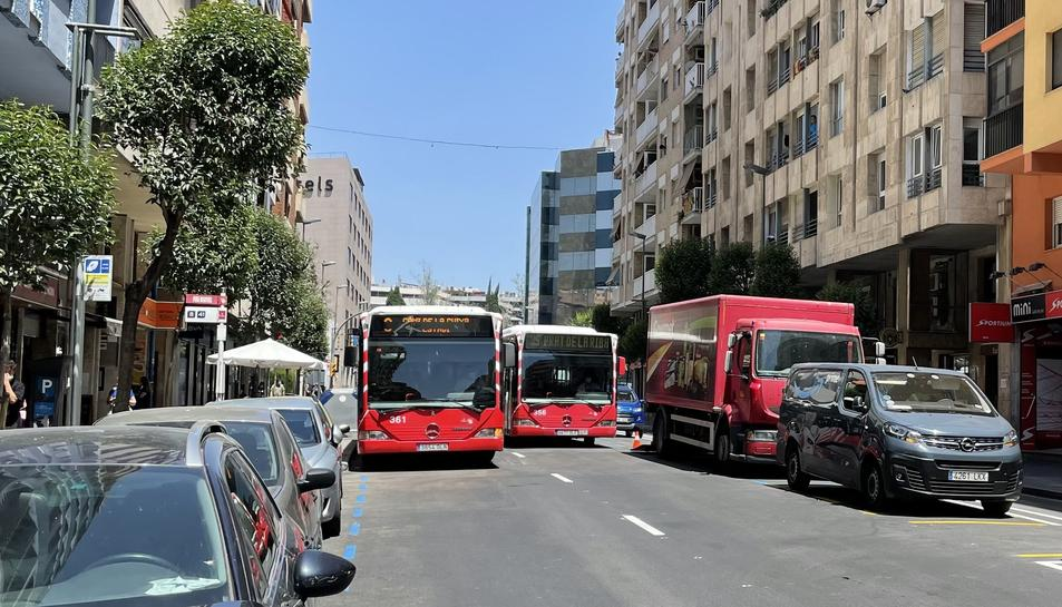 Col·lapse quan un bus està a la parada i un altre el vol avançar.